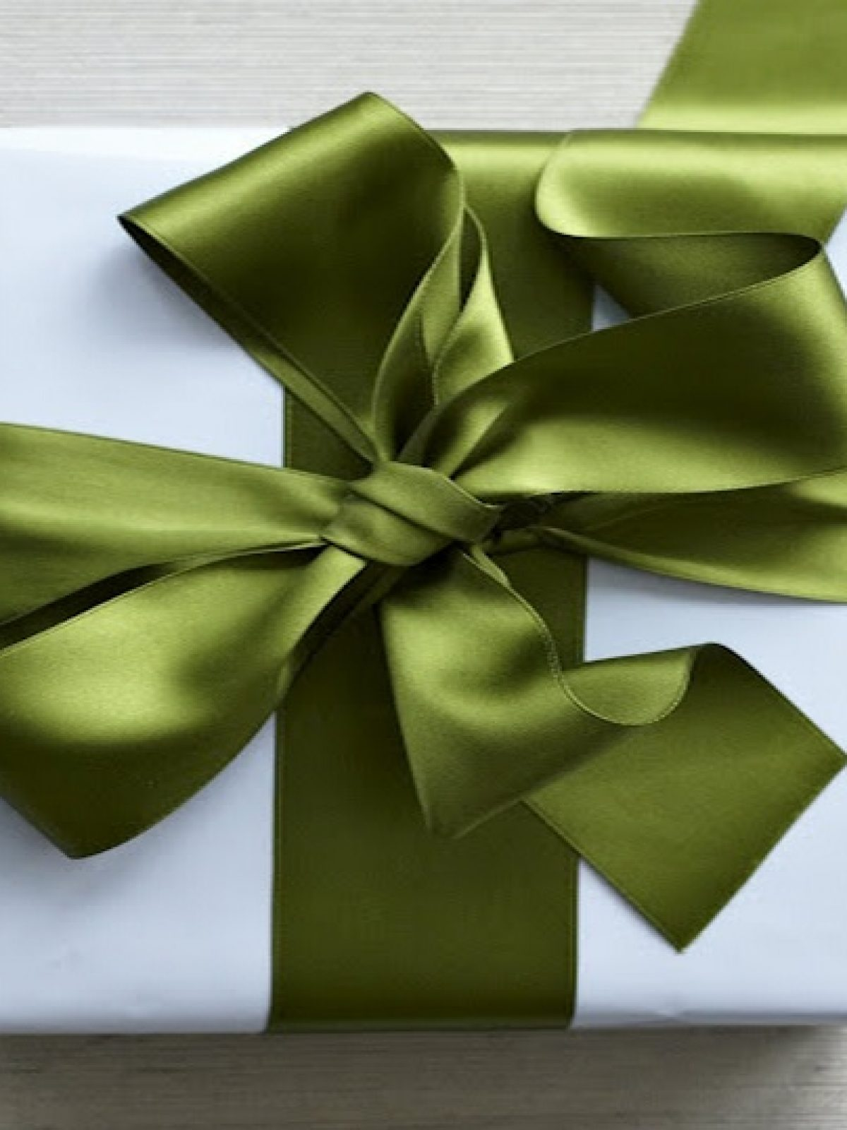 Beautful-green-bow-made-out-of-ribbon