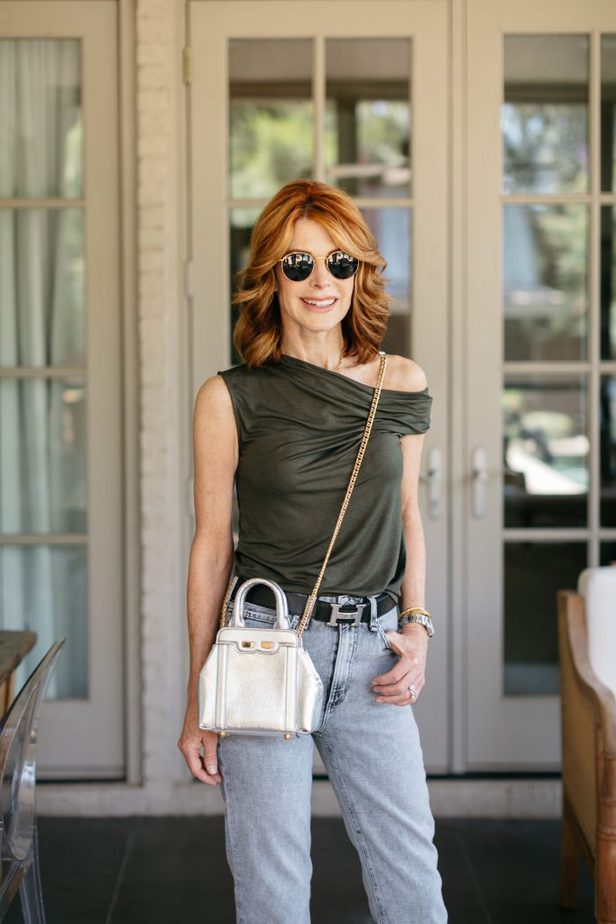 Red Head Blogger carrying silver crossbody bag from Bene