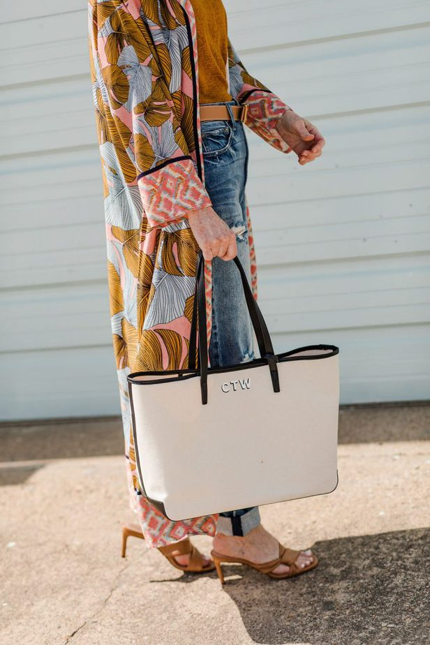 Dallas Blogger in kimono carrying canvas bag from Leatherology