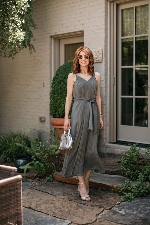 the perfect summer dress Green pleated dress on Dallas blogger from Club Monaco