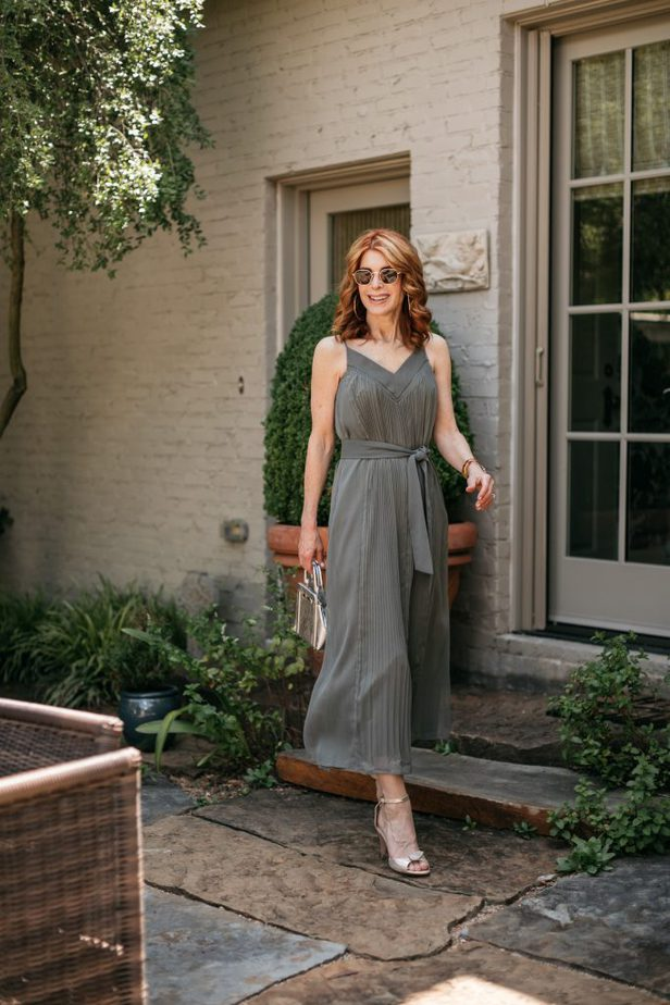 Dallas blogger wearing Green pleated dress from Club Monaco