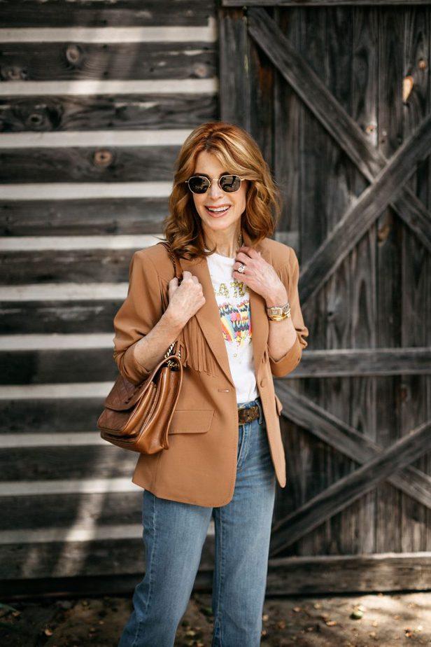 Dallas female blogger posing